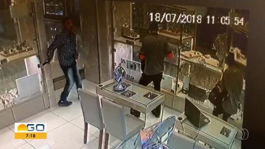 Trio é preso suspeito de ajudar assaltantes que roubaram joalheria em shopping de Goiânia