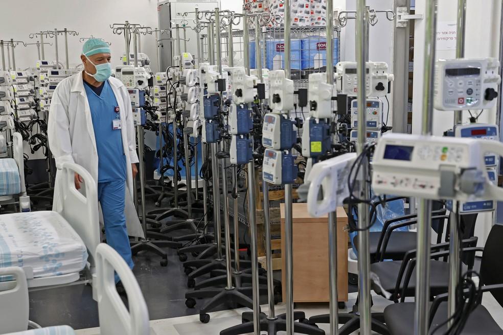 Um médico é visto no estacionamento subterrâneo do Rambam Health Care Campus, que foi transformado em uma unidade de terapia intensiva para pacientes com Covid-19 na cidade de Haifa, no norte de Israel, nesta quarta-feira (23) — Foto: Jack Guez/AFP