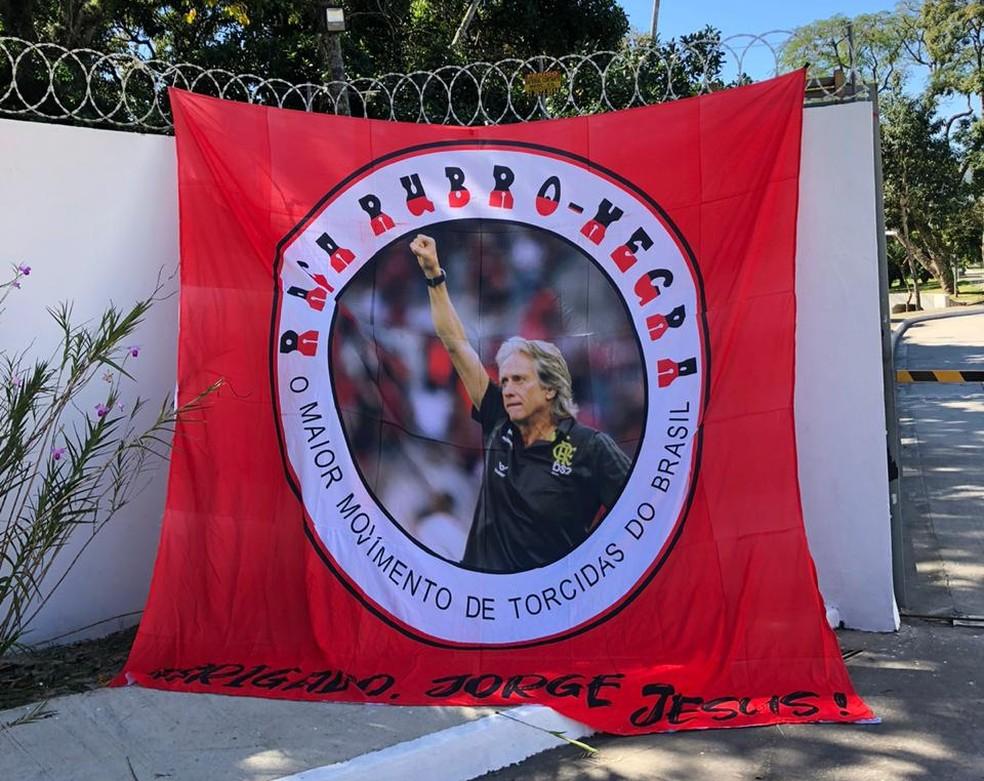 Bandeira em homenagem a Jorge Jesus na entrada do Ninho — Foto: GloboEsporte.com