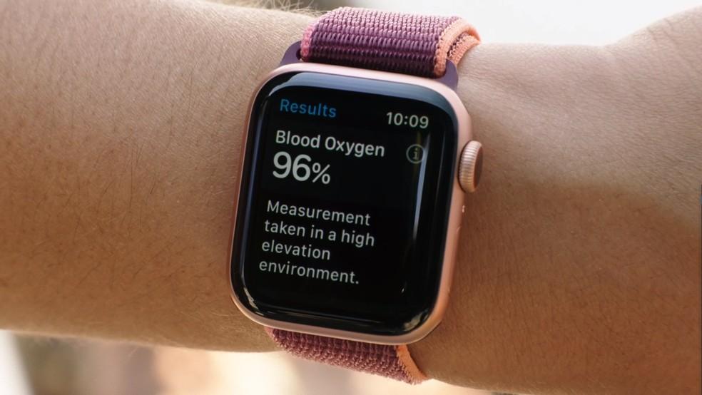 Novos relógios inteligentes devem ter telas maiores que as do Apple Watch Series 6. — Foto: Reprodução/Apple