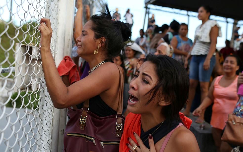 Familiares de presos aguardam notícias do lado de fora após massacre em presídio de Manaus, no Amazonas — Foto: Bruno Kelly / Reuters