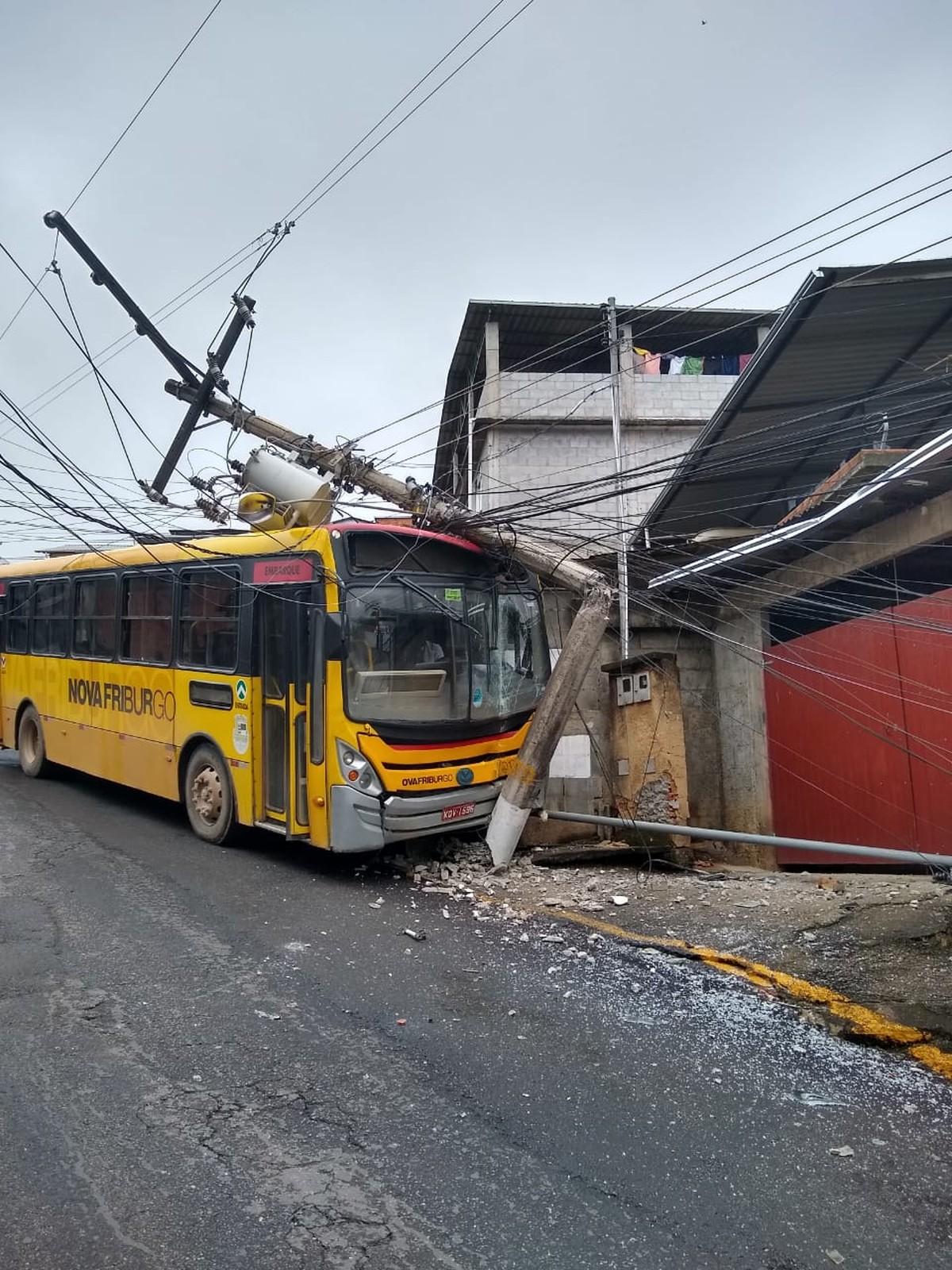 Ônibus bate em poste e deixa moradores sem luz em Nova Friburgo, no RJ; ninguém se feriu - G1