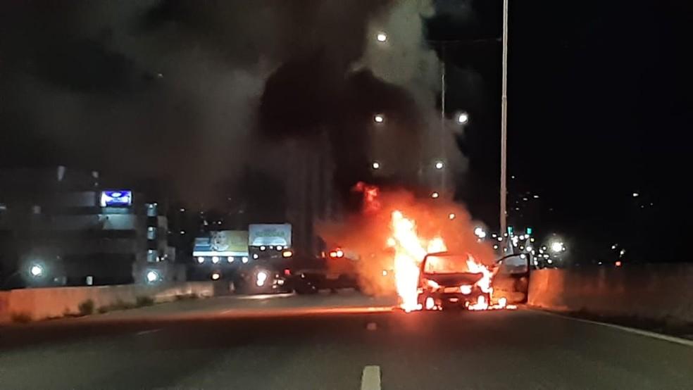 Carro pegou fogo na BR-101 em Natal — Foto: Sérgio Henrique Santos/Inter TV Cabugi