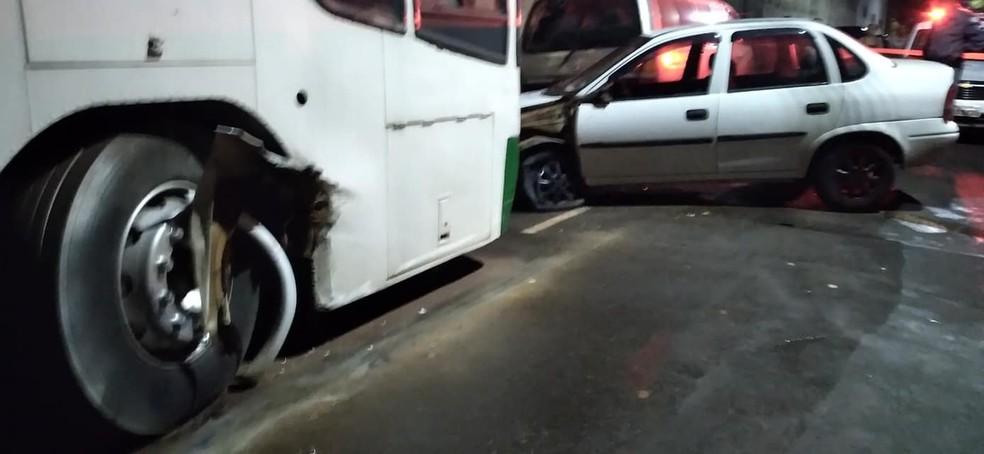 Carro ainda bateu em um }ônibus e parou após ter a roda danificada — Foto: IBTV Santa Cruz/Reprodução