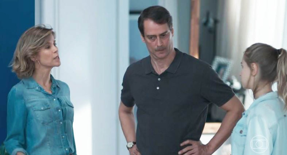 Clara (Isabella Scherer) conta para Malu (Daniela Galli) que Edgar (Marcello Antony) tem uma amante — Foto: Globo