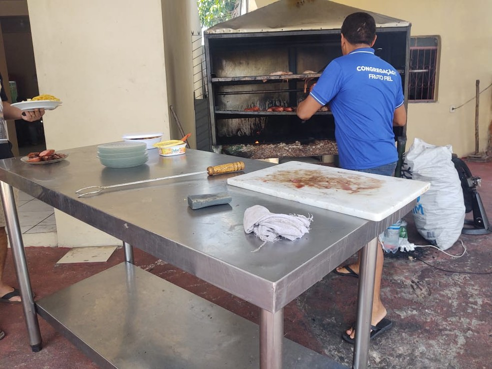 Na Zona Norte, um empreendedor também aproveitou o feriado para vender almoço  — Foto: Eliana Nascimento/G1 AM