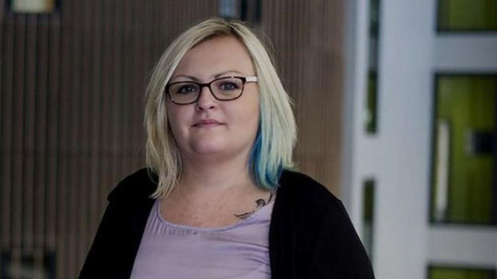 Hannah agora dedica sua pesquisa de PhD a mulheres autistas não diagnosticadas (Foto: BBC)