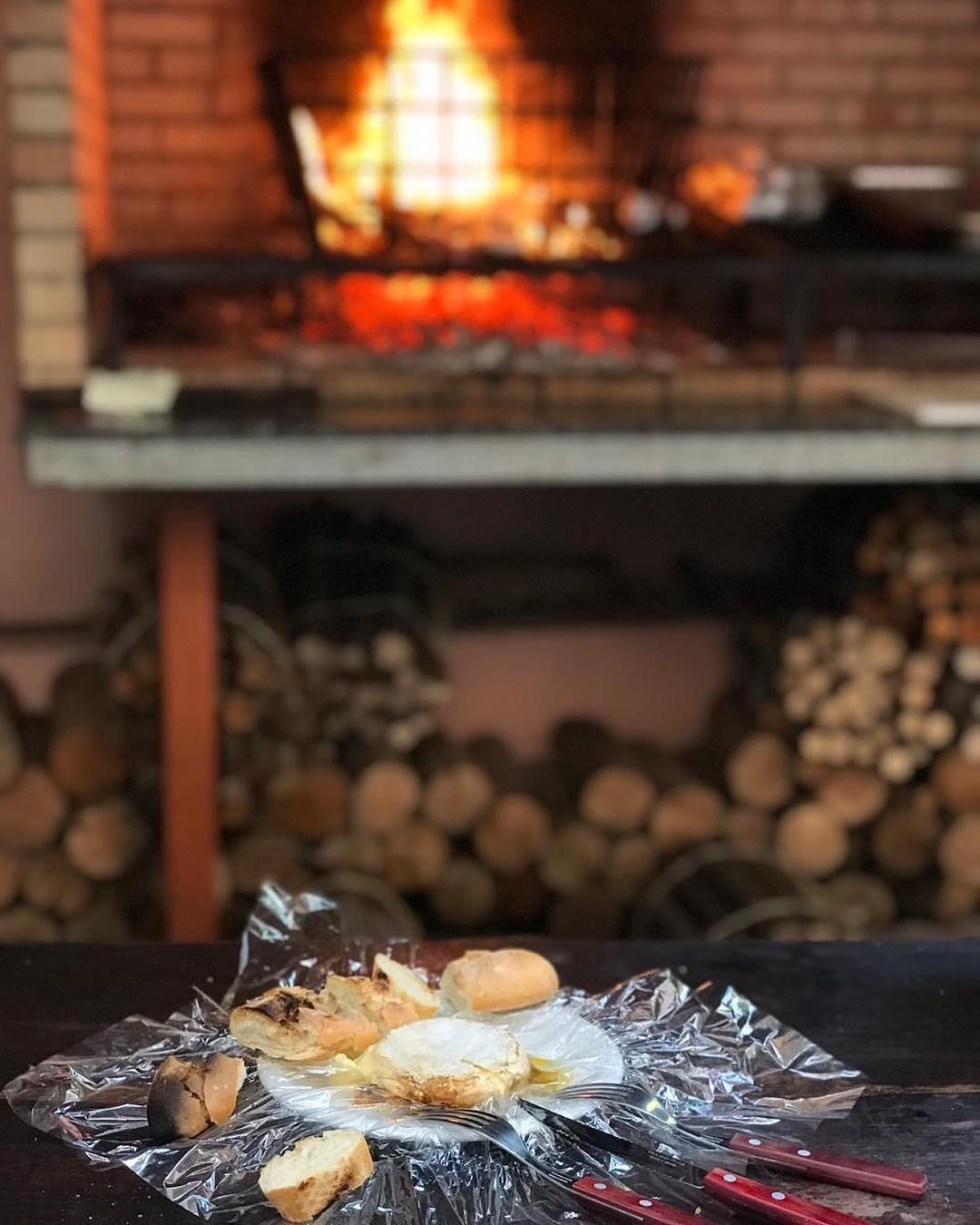 """O """"Camembert Quente"""" do Canastra Rosé, servido com cebola roxa confit e baguette (Foto: Reprodução/Instagram)"""