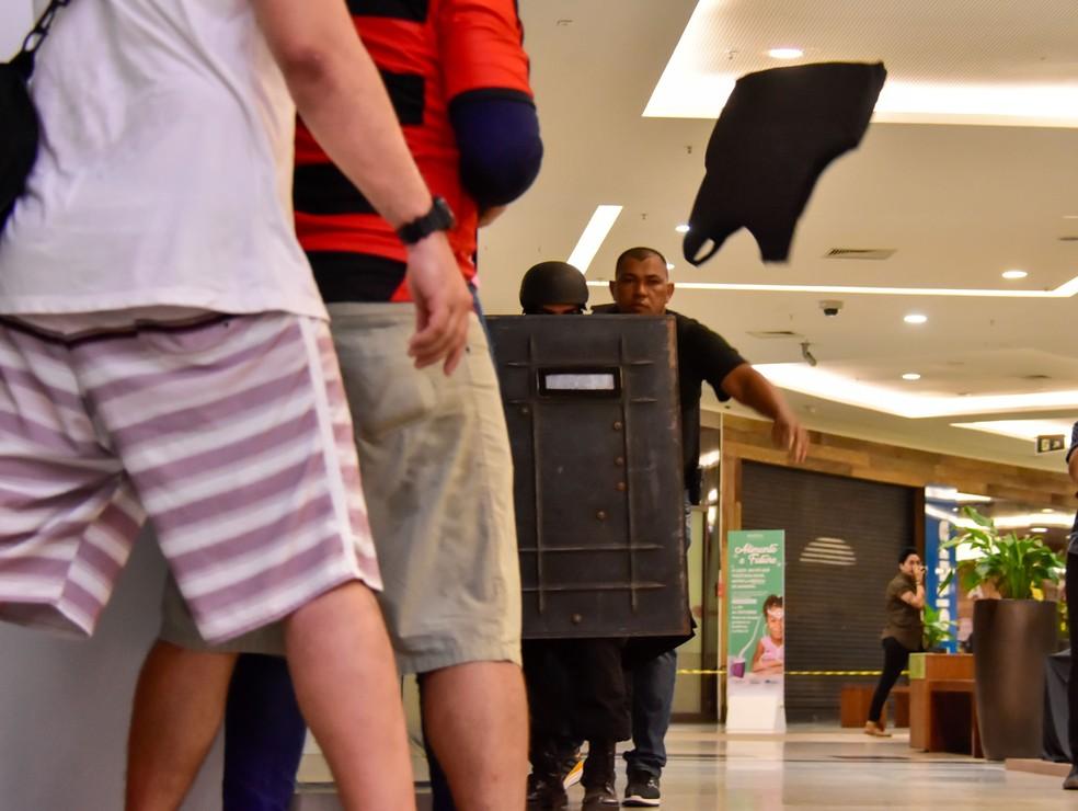 Forças policiais do RN fizeram simulação de roubo com refém em shopping de Natal — Foto: Vitorino Júnior