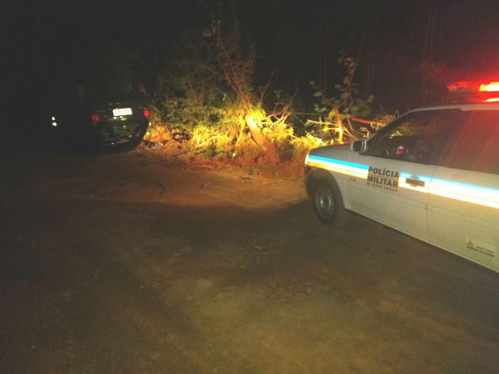 -  Criminosos caspotaram o carro durante a fuga  Foto: Polícia Militar/Divulgação