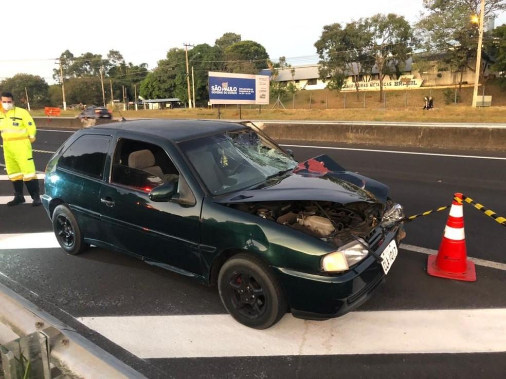Carro que atingiu a mulher ficou amassado e com o para-brisa quebrado; motorista foi levado ao HC com ferimentos leves — Foto: Daniela Casale/Marília Notícia