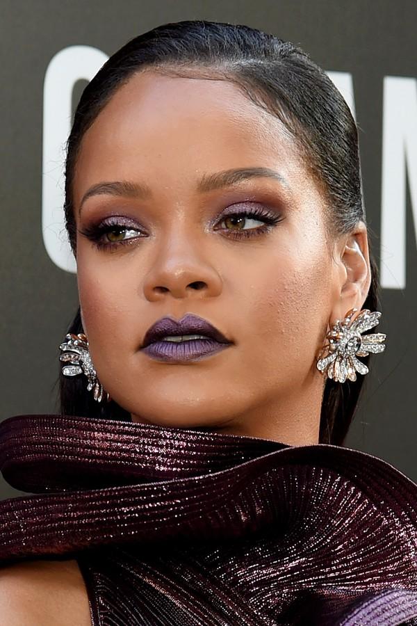Riri combinou toda a sua maquiagem com o tom berinjela do vestido Givenchy. (Foto: Getty Images)
