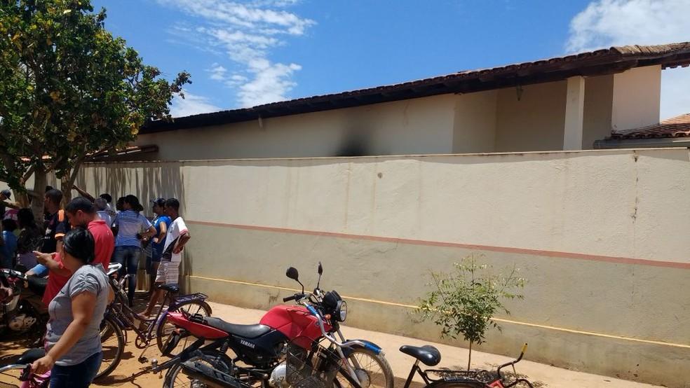 Moradores de Janaúba aguardam em frente à creche onde pelo menos quatro crianças morreram  (Foto: River Ramos Madureira/Arquivo Pessoal )