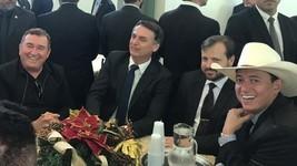 Eleito encontra sertanejos no DF (Guilherme Mazui/G1)