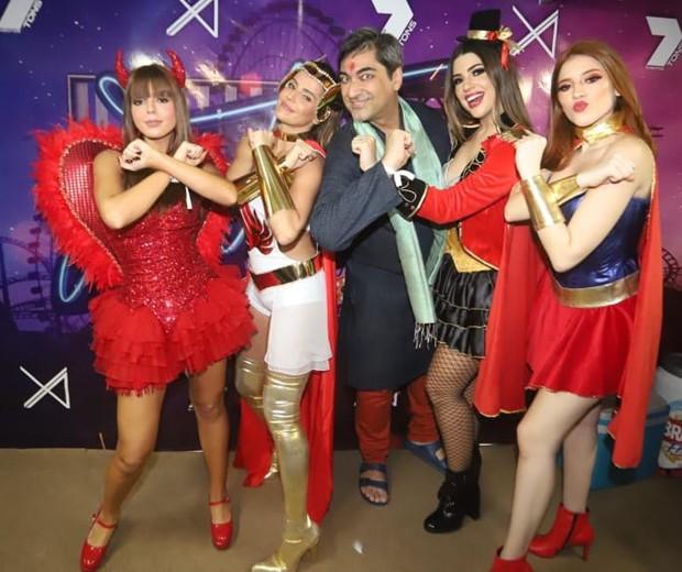Guiovanna Lancellotti, Deborah Secco, Zeca Camargo, Vivian Amorim e Ana Clara (Foto: Fred Pontes/Divulgação)