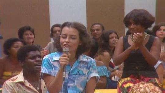 Confira Nara Leão cantando 'A Banda' no programa Levanta a Poeira, em 1977