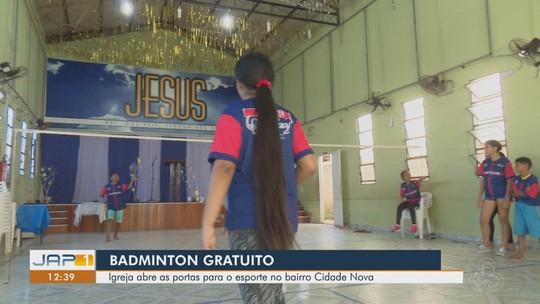 Sem local adequado, atletas de badminton treinam em salão de igreja, no AP