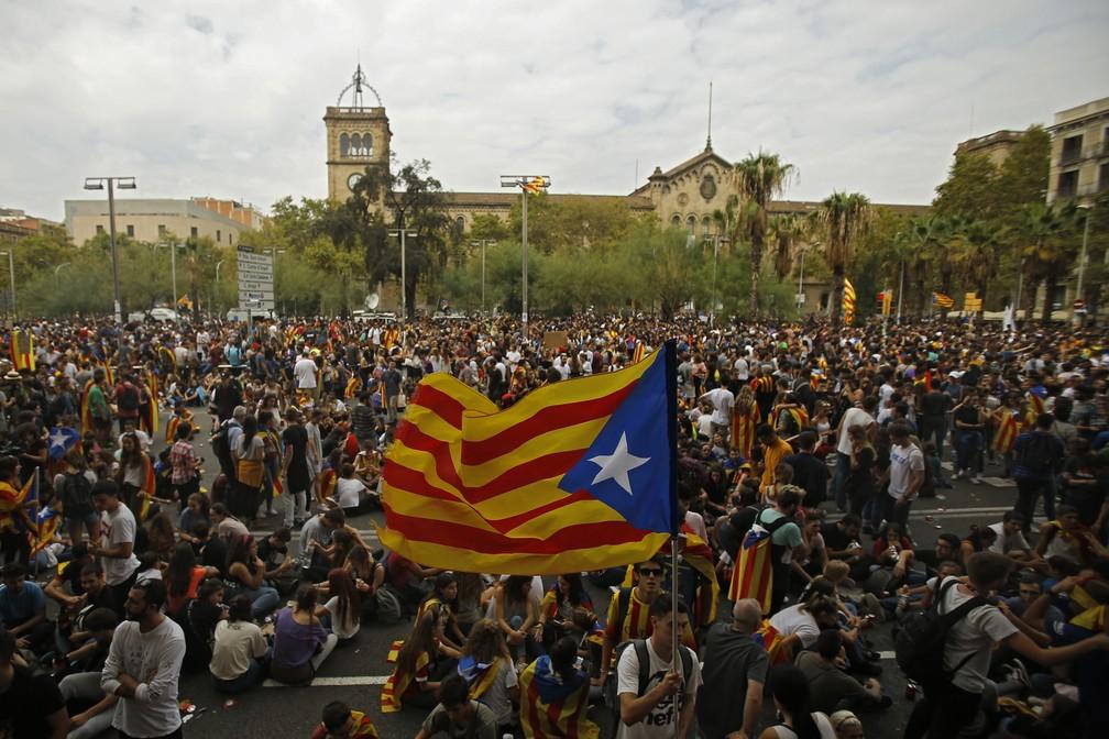 Manifestante exibe bandeira separatista da Catalunha durante manifestação desta terça-feira (3) em Barcelona (Foto: AP Photo/Francisco Seco)