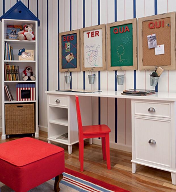 Do Ateliê Vanessa Guimarães, a escrivaninha de madeira é ideal  para organizar livros e material escolar. Os quadros de avisos, 42 x 62 cm, marcam as atividades da semana (Foto: Lilian Knobel)