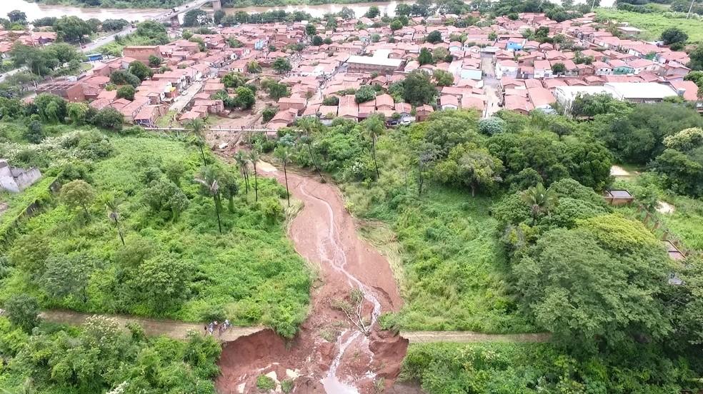 Barragem represava uma lagoa em terreno vizinho ao Parque Rodoviário, Zona Sul de Teresina — Foto: Magno Bonfim/ TV Clube