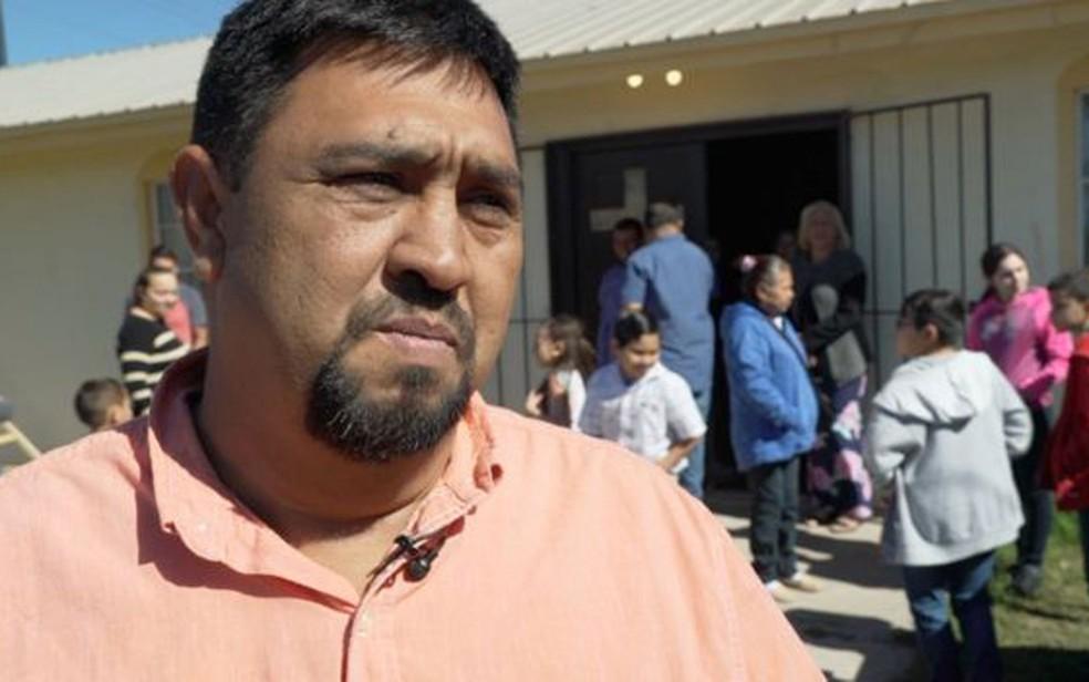 Muitas pessoas como Homero Rosales vão buscar trabalho fora da cidade — Foto: BBC