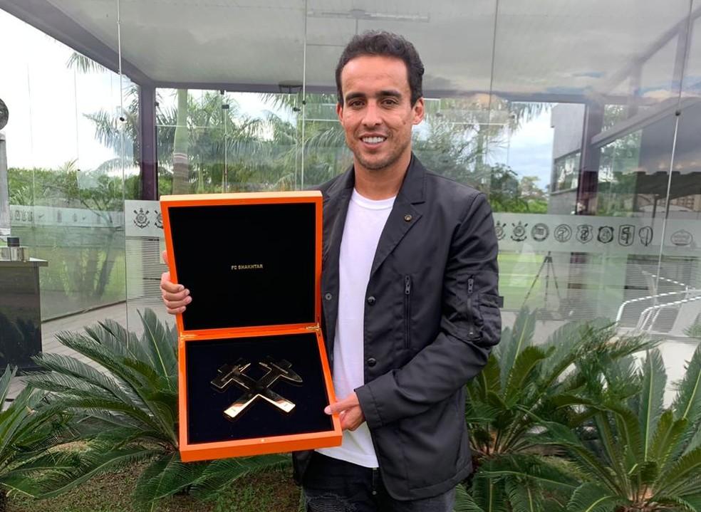 Jadson recebeu prêmio do Shakhtar em comemoração ao título de 2009 — Foto: Triple Comunicação