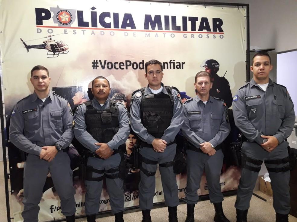 Comandante (ao centro) e policiais que resgataram índia recém-nascida enterrada viva em Canarana (Foto: Denise Soares/G1)