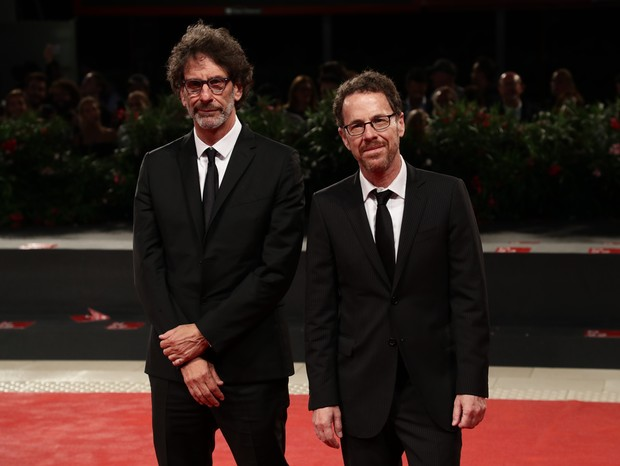 VENICE, ITALY - AUGUST 31:  Joel and Ethan Coen walk the red carpet ahead of the 'The Ballad of Buster Scruggs' screening during the 75th Venice Film Festival at Sala Grande on August 31, 2018 in Venice, Italy.  (Photo by Vittorio Zunino Celotto/Getty Ima (Foto: Getty Images for Netflix)