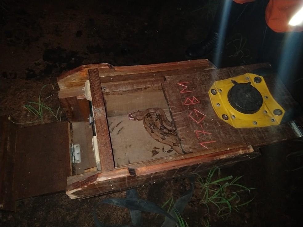 Com quase 2 metros, jiboia é resgatada após ser flagrada engolindo galinha no oeste da Bahia — Foto: Bombeiros/Divulgação