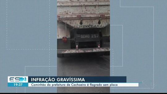 Caminhão da prefeitura de Cachoeiro de Itapemirim é flagrado sem placa