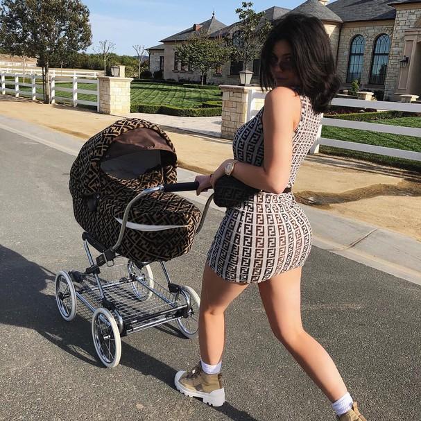 Kylie Jenner e o carrinho da Fendi (Foto: reprodução/Instagram)