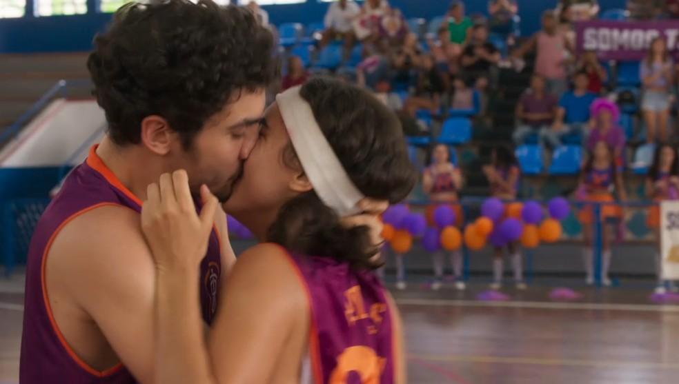 Vicente (Gabriel Contente) e Gabriela (Giovanna Coimbra) se beijam na quadra em 'Bom Sucesso' — Foto: Globo