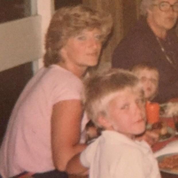 David Beckham, ainda criança, ao lado da mãe (Foto: Reprodução/Instagram)
