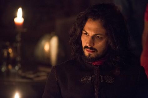 Romulo Estrela é Afonso em 'Deus salve o rei' (Foto: Reprodução)