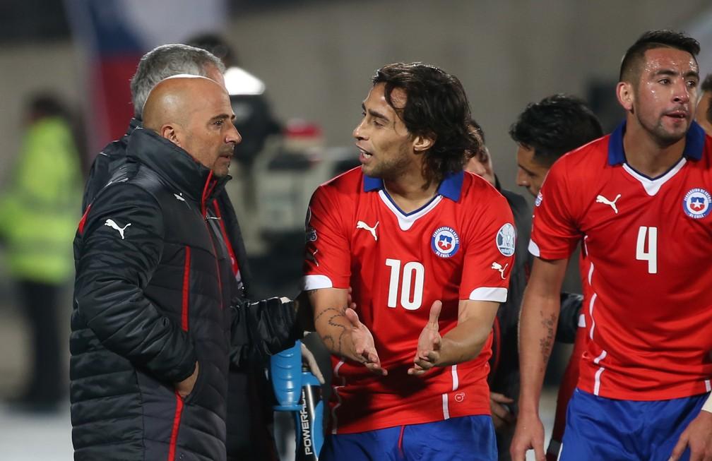 Sampaoli ao lado de Valdivia na seleção do Chile — Foto: Getty Images