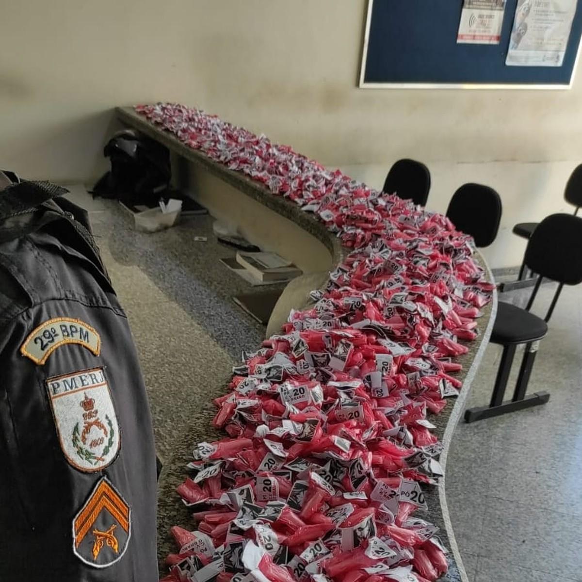 PM apreende 1.250 pinos de cocaína em comunidade de Itaperuna, no RJ