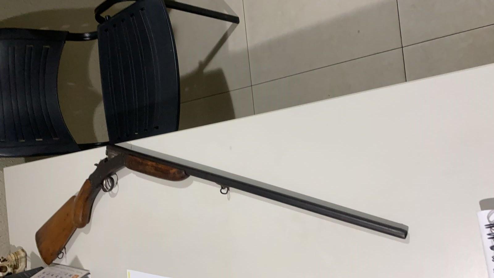 Homem suspeito de chefiar tráfico de drogas e integrar grupo criminoso é preso com rifle na Grande Fortaleza