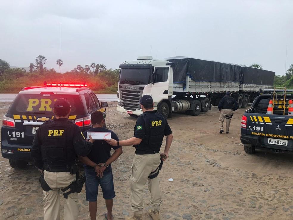 Polícia apreende caminhão com carga contrabandeada de cigarros em Caucaia, no Ceará. — Foto: Divulgação/PRF