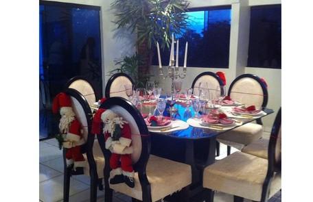 Sala de jantar da família durante uma das comemorações de Natal. O ambiente tem vista para o gramado Reprodução