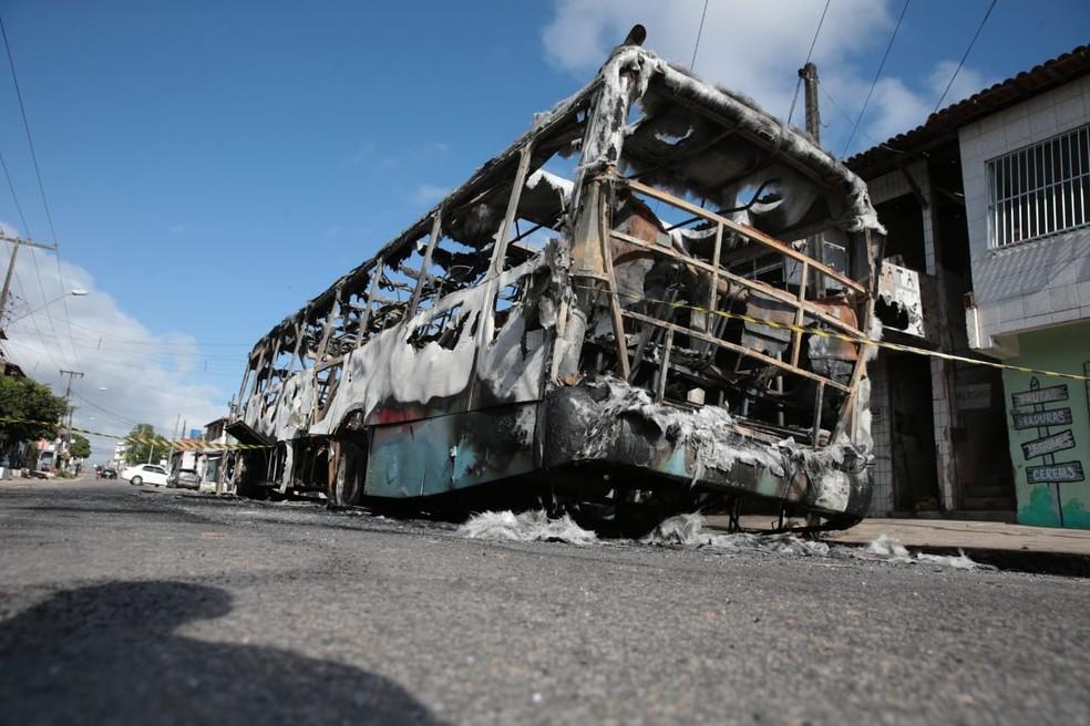Ônibus incendiado na madrugada desta sexta-feira (4) em Fortaleza — Foto: José Leomar/SVM