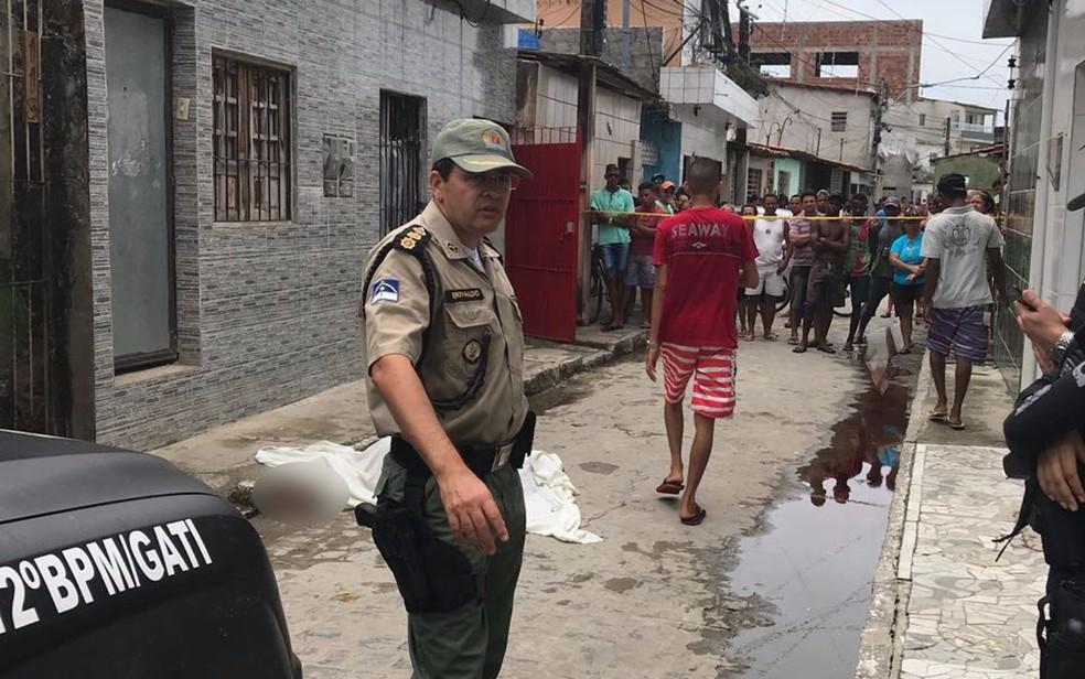 PM isolou a área onde a mulher foi assassinada, no bairro da Mangueira, no Recife (Foto: Reprodução/WhatsApp)