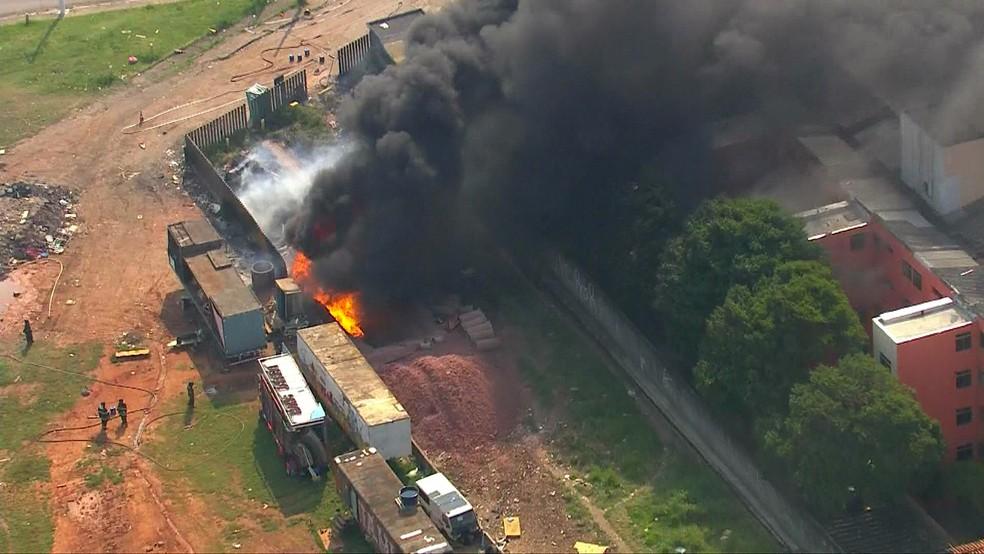 Incêndio na Zona Leste de SP — Foto: Reprodução/TV Globo