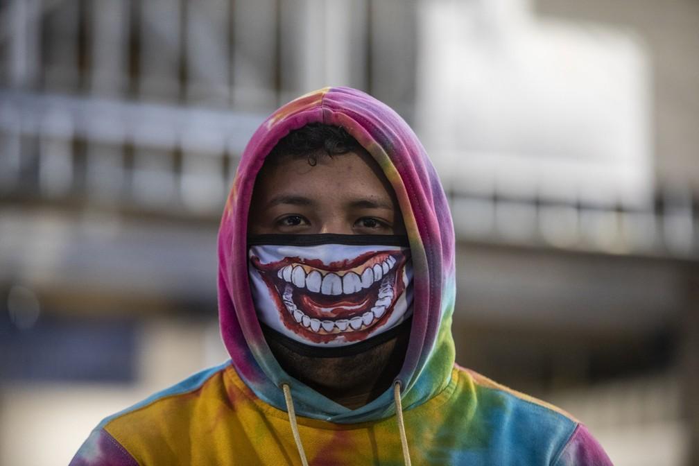 Um homem usa uma máscara facial como medida de precaução contra a propagação do novo coronavírus, COVID-19, em Manágua, na Nicarágua — Foto: Inti Ocon/AFP