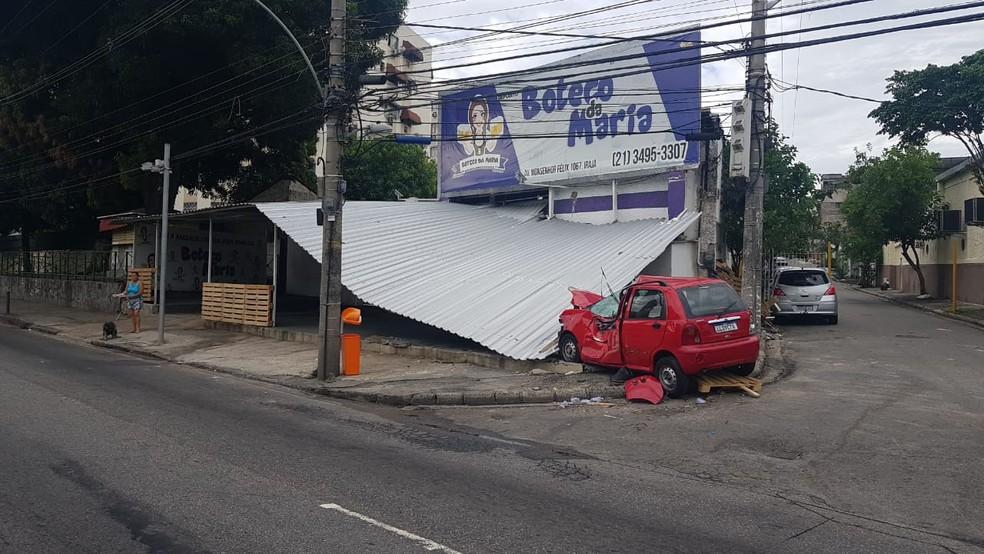 Carro invadiu bar e derrubou toldo — Foto: Reprodução/Redes sociais
