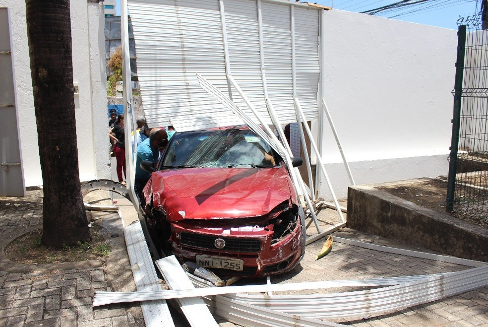 Motorista invadiu o pátio do Grupo Mirante após bater contra o portão — Foto: Paulo Soares