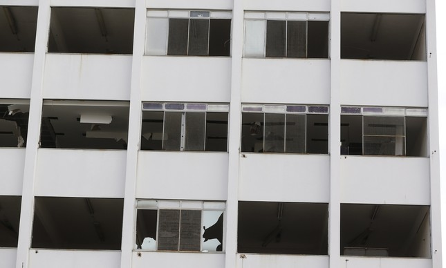 Esquadrias de alumínio das janelas de prédios do campus foram removidas: é possível ver o teto das salas de aula sem manutenção