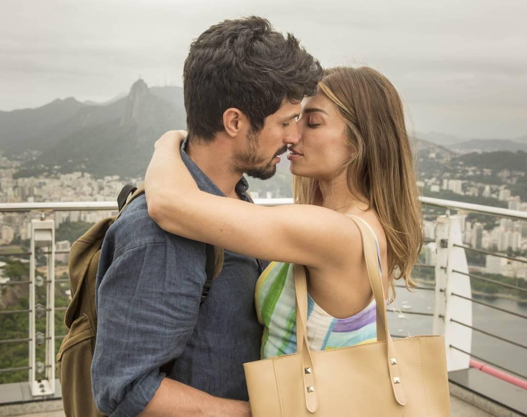 Marcos (Romulo Estrela) e Paloma (Grazi Massafera) se beijam no Pão de Açúcar