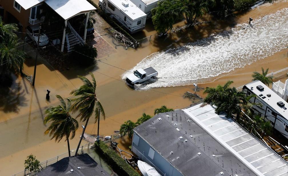 Caminhonete atravessa área alagada após passagem do furacão Irma em Key Largo, na Flórida (Foto: Wilfredo Lee/AP)