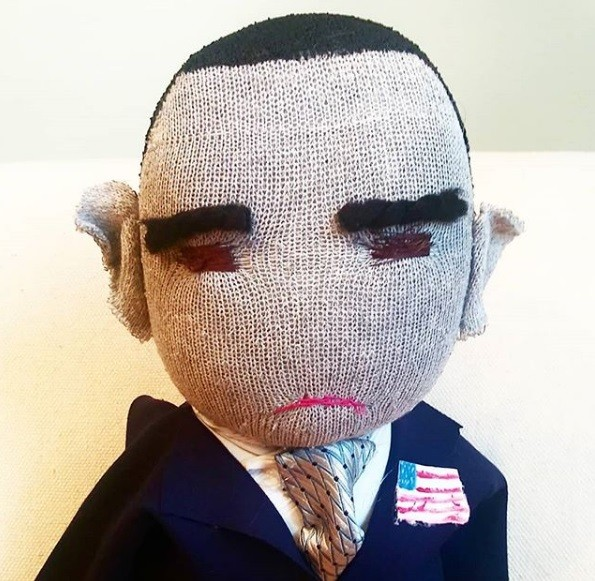 Boneco carrancudo do ex-presidente dos Estados Unidos Barack Obama (Foto: frownyfacedolls/Instagram)