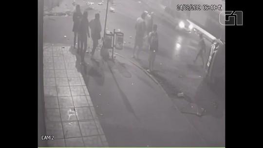 VÍDEO: pedestres escapam por pouco de carro que capotou no Itapoã, no DF